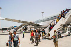 qatar Mei 2009 De passagiers ontschepen van de vliegtuigen Qatar Ai Stock Foto's