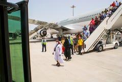 qatar Mei 2009 De passagiers ontschepen van de vliegtuigen Qatar Ai Stock Afbeeldingen