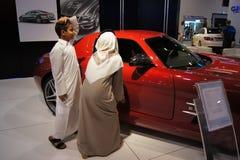 Qatar Motorshow 2011 - Arabische jongens dichtbij Mercedes Stock Foto's