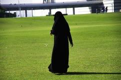 Qatari kobiety odprowadzenie blisko muzeum Islamskie sztuki MIA z Obrazy Royalty Free
