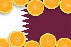 Qatarisk flagga i citrusfruktskivahorisontalram royaltyfria foton