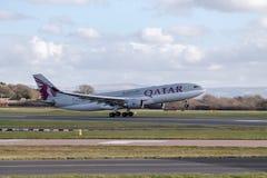 Qatarisk flygbolagflygbuss A330 som tar av Arkivbilder