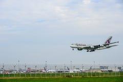 Qatarisk flygplanlandning till landningsbanor på den internationella flygplatsen för suvarnabhumi i Bangkok, Thailand royaltyfria bilder