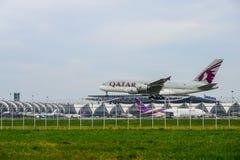 Qatarisk flygplanlandning till landningsbanor på den internationella flygplatsen för suvarnabhumi i Bangkok, Thailand royaltyfri bild