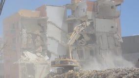 Qawra, Мальта 16 может 2019 - второй день сокрушать старую гостиницу гостиницы Qawra - сокрушать здание с экскаватором и сток-видео