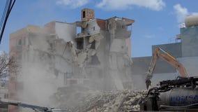 Qawra, Malta 16 podem 2019 - segundo dia de demulir o hotel velho da pens?o de Qawra - demoli??es da constru??o com m?quina escav filme