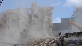 Qawra, Malta 16 podem 2019 - segundo dia de demulir o hotel velho da pens?o de Qawra - demoli??es da constru??o com m?quina escav vídeos de arquivo