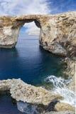 Qawra-Vergangenheit: Spezielle Sommerzeit der vulkanischen Felsen in Malta Lizenzfreies Stockbild