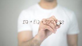 QI + EQ = succès, écriture d'homme sur l'écran transparent photos stock