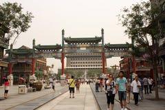 Qianmen torn och Qianmen som går gatan i Peking Fotografering för Bildbyråer