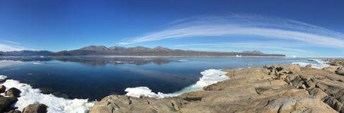 从Qikiqtarjuaq的一幅全景,一个因纽特人社区在位于布劳顿海岛的高加拿大北极 免版税库存照片