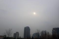 08-12-2016 - Qingdao - de vage die zon door de winter pol. is betrokken Royalty-vrije Stock Afbeeldingen