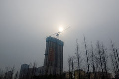08-12-2016 - Qingdao - le soleil faible opacifié par l'hiver pôle Image stock