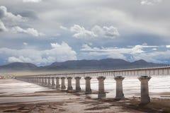 Qinghai-Tibet järnvägsbro på källan av Yangtzet River Arkivbilder