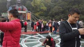 QingYuan Guangdong China-febrero 16,2019: gente que se coloca en una plataforma de cristal que mira alrededor y que toma imágenes metrajes