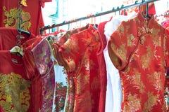 Qipao, cheongsam oder chinesischer Nationalkostümverkauf auf der Straße Stockfotografie