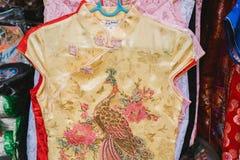 Qipao, cheongsam, ou venda nacional chinesa do vestido na rua Imagem de Stock
