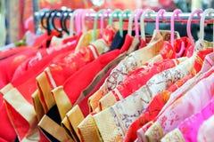 Qipao chińczyka suknia dla dzieciaków wiesza na odzieżowej linii Obraz Royalty Free