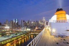QM2 in New York bei Sonnenuntergang Lizenzfreie Stockfotos