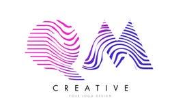 QM Q M Zebra Lines Letter Logo Design avec des couleurs magenta Photo libre de droits