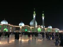 QOM, IRAN - 2018: Een grote menigte van mensen loopt in de yard van Jamkaran-moskee bij nacht Qom, Iran stock foto's
