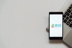 qq Com-embleem op het smartphonescherm Stock Foto
