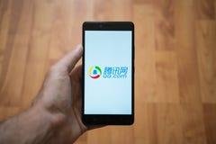 qq Com-embleem op het smartphonescherm Royalty-vrije Stock Afbeelding