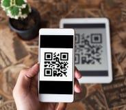 QR kodu płatnicza transakcja używać telefon komórkowego i pastylkę obrazy royalty free