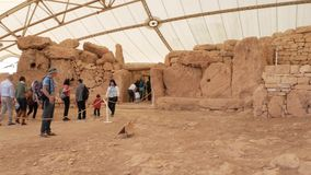 Qrendi, Malta - 10 de marzo de 2019 visitantes que exploran el templo prehistórico de Mnajdra durante un abierto-día organizado p almacen de metraje de vídeo