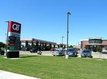 QT Quiktrip燃料和便利商店,土尔沙, OK 免版税库存图片