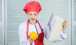 Qué a cocinar con pimienta dulce Cocinero profesional Cooking en cocina Orgánico y vegetariano amores felices de la mujer sanos imagen de archivo libre de regalías