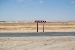 Qué manera - abandone el paisaje con la carretera y firme adentro Namibia Imágenes de archivo libres de regalías