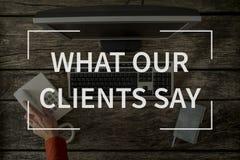Qué nuestros clientes dicen el texto sobre la imagen de la visión superior del escritorio de oficina imagenes de archivo