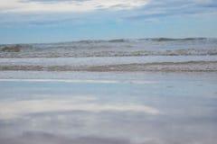 Qué se refleja en el mar es el cielo azul encendido Cha-es playa en Tailandia imagen de archivo