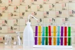 Química com tubos de ensaio e vidro coloridos Fotos de Stock