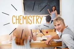 Química contra estudantes em uma sala de aula Fotografia de Stock Royalty Free