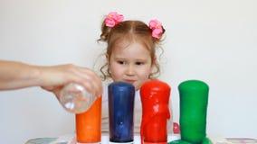 Química experiências Criança e experiência da ciência Entretenimento para crianças Educação pré-escolar multicolored vídeos de arquivo