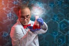 Química loca que muestra su producto del experimento fotografía de archivo libre de regalías