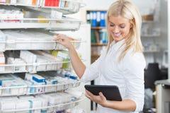 Químico de sexo femenino Standing en droguería de la farmacia Foto de archivo