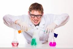 Químico enojado en el laboratorio que hace la reacción fotos de archivo libres de regalías