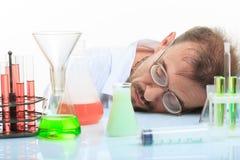 Químico enojado en el laboratorio que hace la reacción Foto de archivo libre de regalías