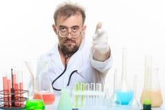 Químico enojado en el laboratorio que hace la reacción Imágenes de archivo libres de regalías