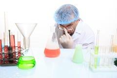 Químico enojado en el laboratorio que hace la reacción Imagenes de archivo