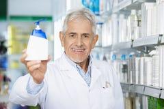 Químico Holding Soap Dispenser en farmacia Fotos de archivo