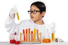 Químico joven que lleva a cabo química Foto de archivo libre de regalías