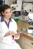 Químico lindo que trabaja en laboratorio imagen de archivo libre de regalías