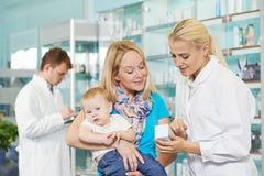 Químico, madre y niño de la farmacia en droguería Fotos de archivo libres de regalías