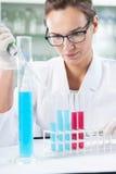 Químico que hace el experimento Fotografía de archivo libre de regalías