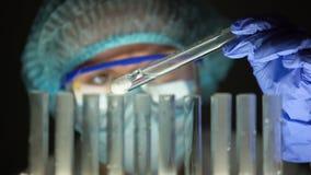 Químico que verifica a substância de borbulhagem, produção das drogas, medicamentação falsificada video estoque