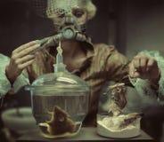 Químico retro que hace un experimento Fotos de archivo